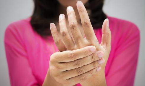 睡觉手麻是什么原因引起的?左手臂发麻应警惕的病七成以上是它!